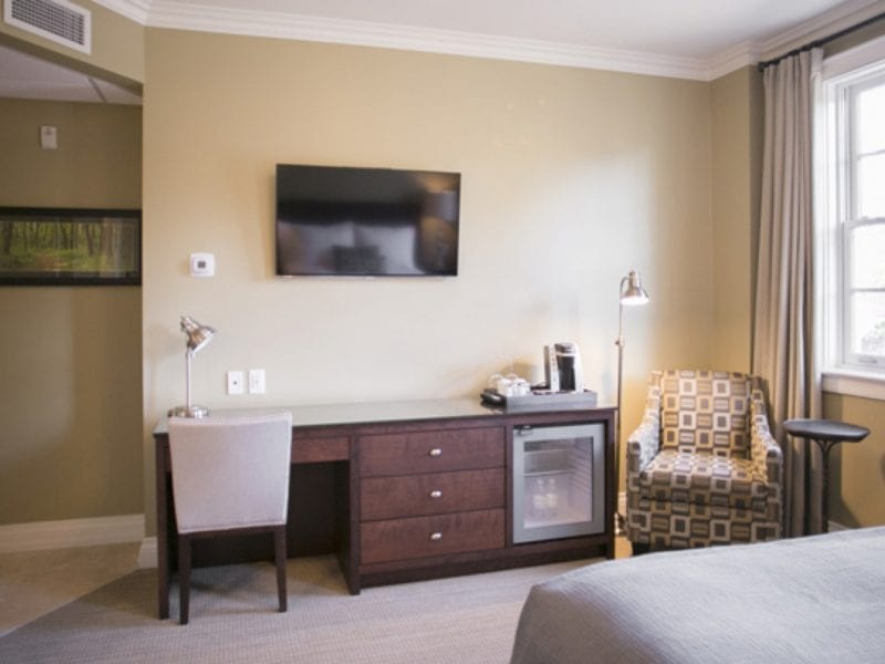 deluxe-room-tv-and-desk